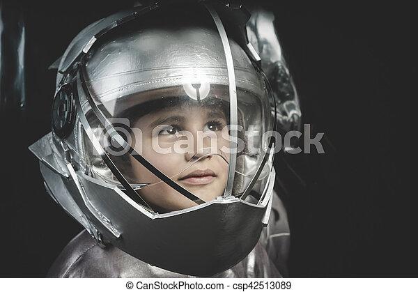 Afbeeldingen van jongen helm ruimte metaal ruimtevaarder kostuum zijn csp42513089 - Lay outs ruimte van de jongen ...
