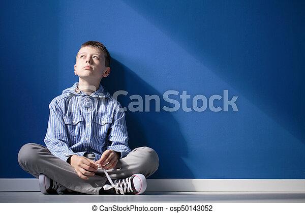 jongen, nadenkend, autisme - csp50143052