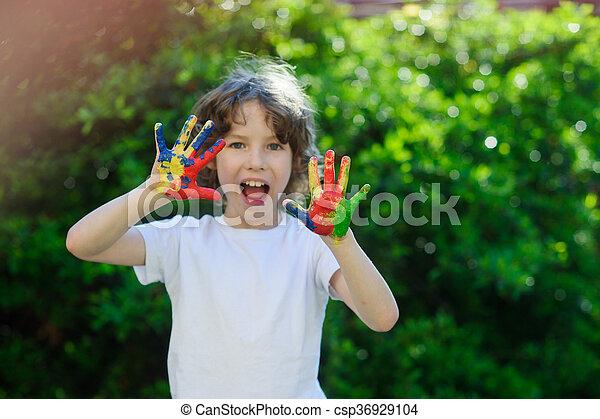 Jongen zijn optredens kleurrijke handen zijn kunst delight