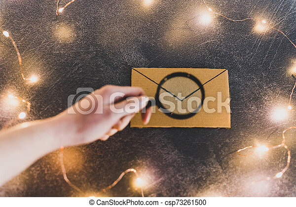 jonque, newsletter, il, loupe, email, tenant main, courrier, message, analyser, ou - csp73261500
