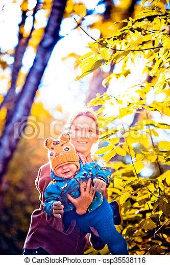 jour, heureux, ensoleillé, famille, maman, fils, parc, elle, automne - csp35538116