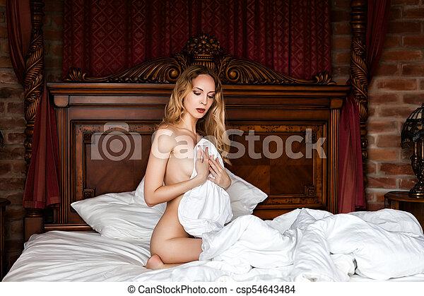 jovem, madeira, branca, cama, sentando, mulher, bonito - csp54643484