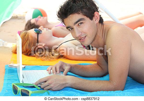 jovem, praia, adultos, três - csp8837912