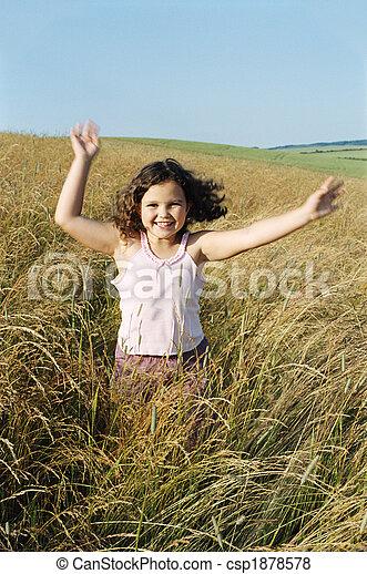 Una joven corriendo al aire libre sonriendo - csp1878578