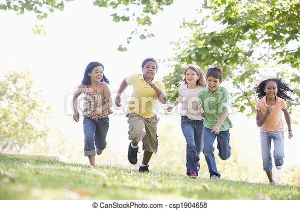Cinco jóvenes amigos corriendo al aire libre sonriendo - csp1904658