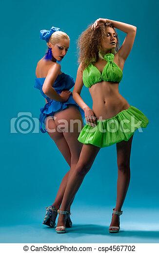joven, dos, vestidos, mujeres - csp4567702