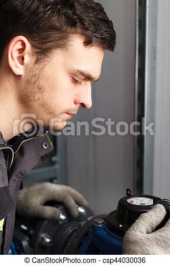 Un joven electricista. - csp44030036