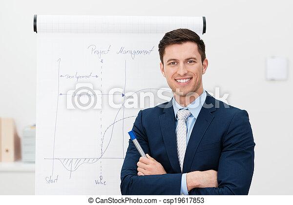 Confiado joven líder del equipo o gerente - csp19617853
