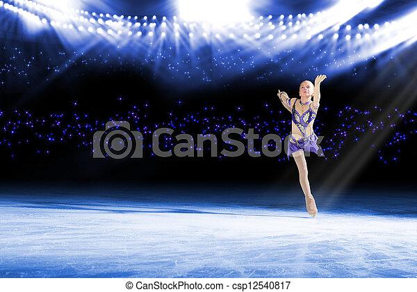 Actuación de jóvenes patinadores, espectáculo de hielo - csp12540817