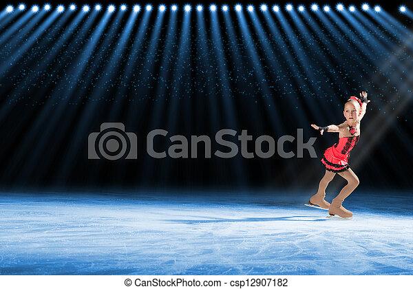 Actuación de jóvenes patinadores, espectáculo de hielo - csp12907182