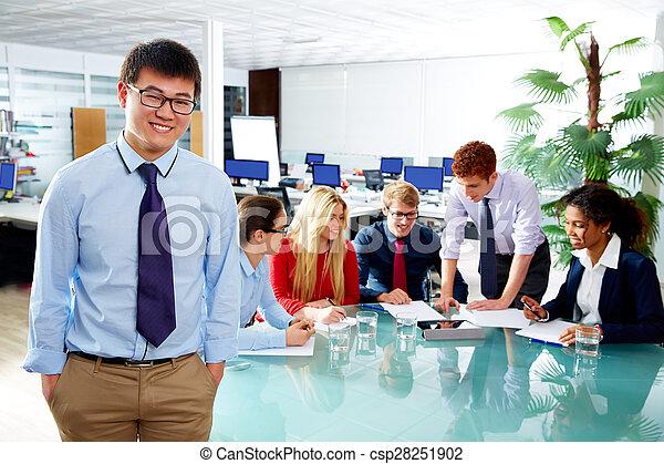 Retrato ejecutivo asiático joven empresario - csp28251902