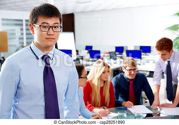 Retrato ejecutivo asiático joven empresario - csp28251890