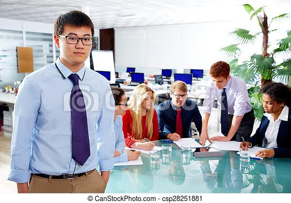Retrato ejecutivo asiático joven empresario - csp28251881