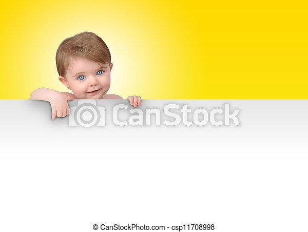 Un pequeño bebé con un mensaje en blanco - csp11708998