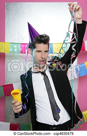 Feliz fiesta joven bebiendo solo - csp4630479