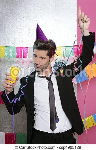 Feliz fiesta joven bebiendo solo - csp4905129