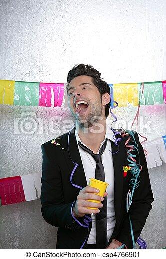 Feliz fiesta joven bebiendo solo - csp4766901