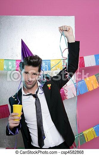 Feliz fiesta joven bebiendo solo - csp4582868