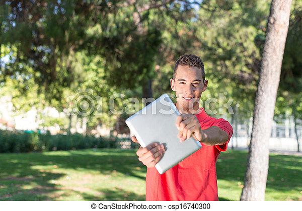 Un joven con tablet - csp16740300