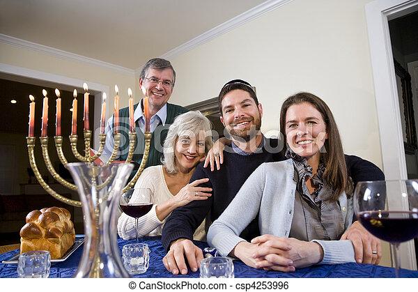 Familia judía celebrando el chanukah - csp4253996