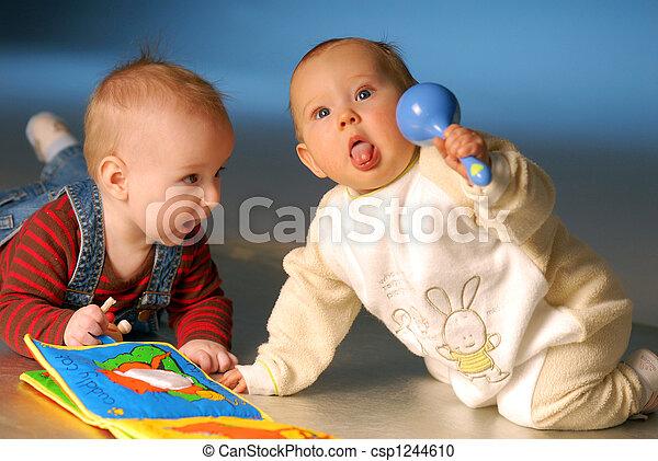 Bebés jugando con juguetes - csp1244610