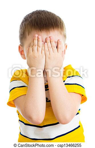 Niño llorando o jugando con la cara escondida aislado - csp13466255