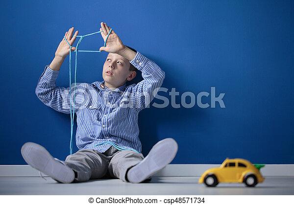 Chico jugando con una cuerda - csp48571734
