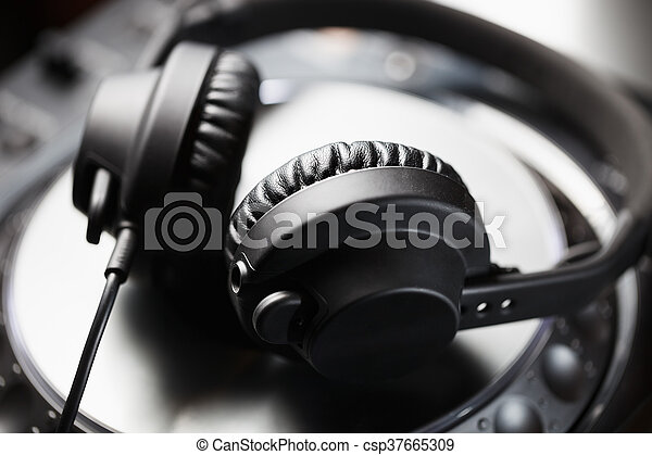 Audífonos DJ en reproductor de CD - csp37665309