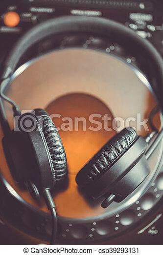 Audífonos DJ en reproductor de CD - csp39293131