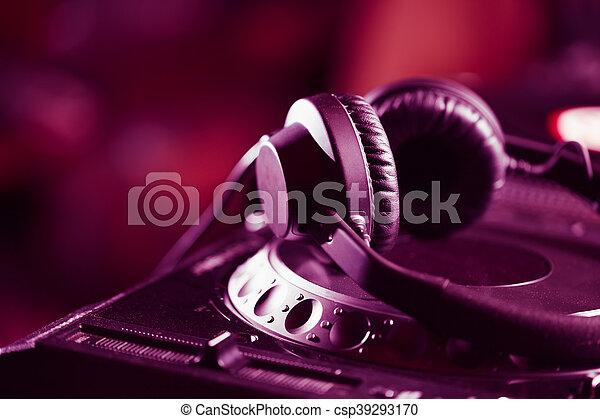 Audífonos DJ en reproductor de CD - csp39293170