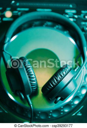 Audífonos DJ en reproductor de CD - csp39293177