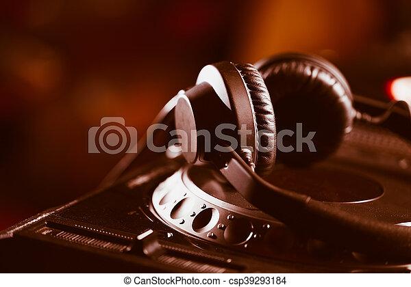 Audífonos DJ en reproductor de CD - csp39293184