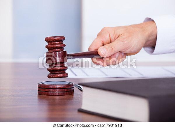 juge, mâle, salle audience - csp17901913