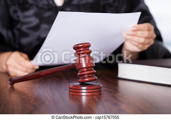 juge, verdict lecture, femme - csp15767055