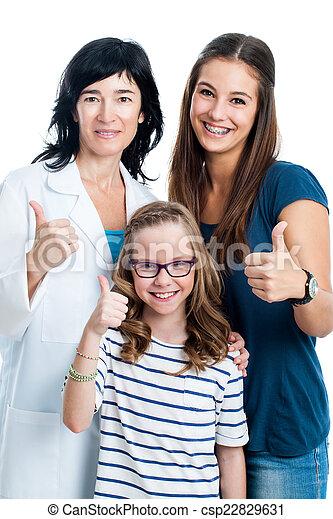 Teen Mädchen und jüngere Schwester mit Zahnarzt. - csp22829631