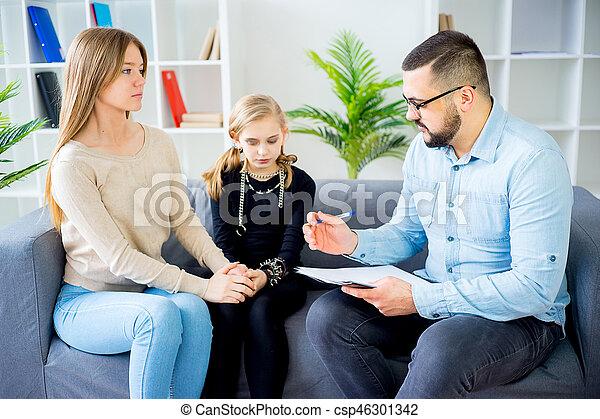 Teen Tochter in Familientherapie - csp46301342