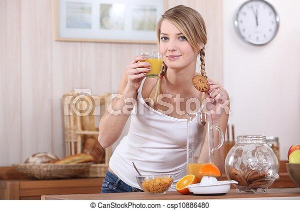 Mujer bebiendo jugo de fruta - csp10886480