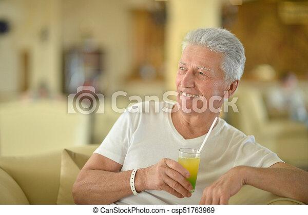 Un anciano con jugo fresco - csp51763969
