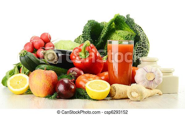 Composición con verduras crudas y vaso de jugo aislado en W - csp6293152