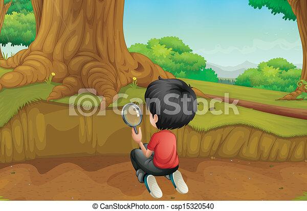 Ein Junge, der den Boden im Wald untersucht - csp15320540