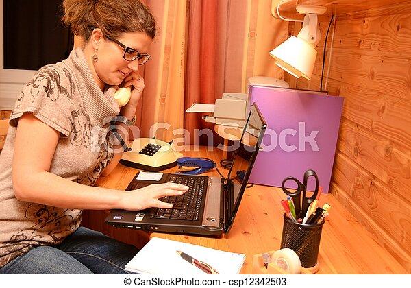 Junge Buero-Angestelle am Laptop - csp12342503