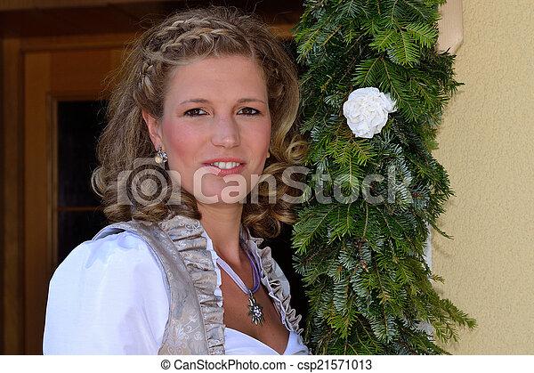 junge Frau neben Tuerkranz - csp21571013