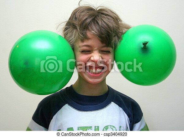Junge mit grünen Ballons - csp3404920