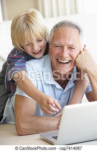 junge, laptop, junger, edv, gebrauchend, älterer mann - csp7414087