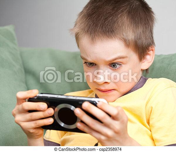Junge spielen Spielkonsole - csp2358974