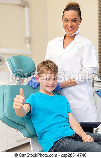Der kleine Junge ist im Zahnarzt - csp28514740