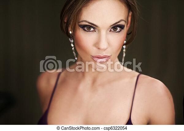 Porträt einer hübschen jungen Frau - csp6322054
