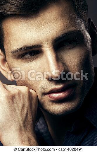 Portrait eines hübschen jungen Mannes, sexy Kerl, der Kamera ansieht - csp14028491