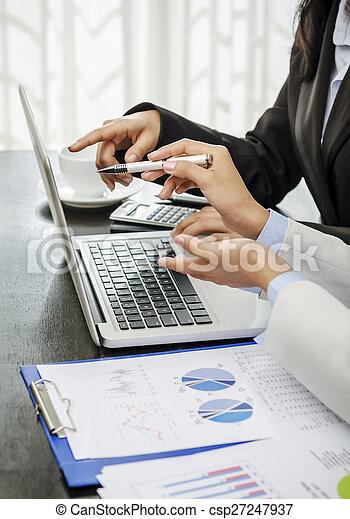 Trabajando juntos - csp27247937
