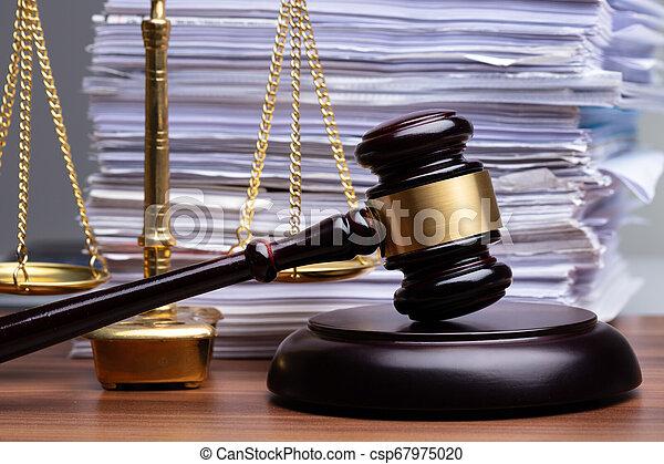 justice, bureau bois, marteau, balances - csp67975020